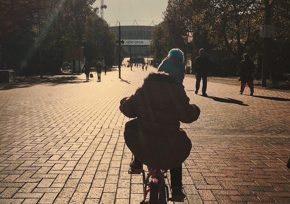 Gli rubano la bici fuori da scuola il giorno del suo compleanno: i vigili gliene regalano una nuova